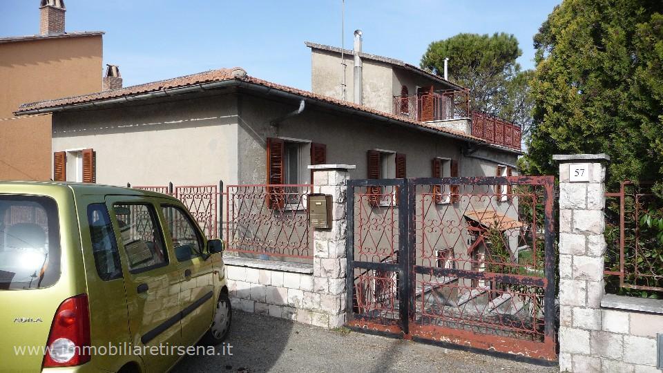 Casa indipendente in vendita a baschi agenzie for Piani casa su due piani degli anni 60